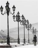 <p>Женщина идет во время сильного снегопада в центре Москвы 29 декабря 2009 года. К выходным в Москву придет потепление - столбик термометра поднимется до минус 1 градуса Цельсия, свидетельствуют данные на сайте Гидрометцентра www.meteoinfo.ru. REUTERS/Alexander Natruskin</p>