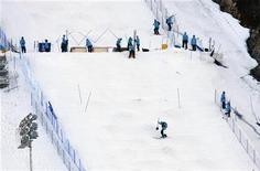 <p>Рабочие готовят трассу для соревнований по могулу в Ванкувере 6 февраля 2010 года. Организаторы Олимпийских игр сообщили представителям прессы в воскресенье, что не допустят их на первую официальную тренировочную сессию перед соревнованиями. REUTERS/Andy Clark</p>