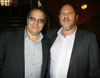 """<p>Основатели кинокомпании Miramax Боб (слева) и Харви Вайнштейн на премьере фильма """"1408"""" в Лос-Анджелесе 12 июня 2007 года. Кинокомпании Lions Gate Entertainment Corp и The Weinstein Company (TWC) являются потенциальными претендентами на покупку студии Miramax, принадлежащей Walt Disney Co, сообщили источники, близкие к ситуации. REUTERS/Fred Prouser</p>"""