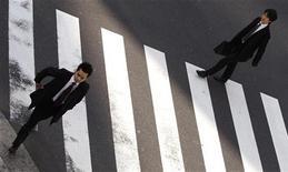 """<p>Японские бизнесмены переходят дорогу в Токио 25 января 2010 года. Не хватает силы воли, чтобы отказаться от такси в пользу пеших прогулок? Японская компания Happinet Toy выпустила новый шагомер, который подсчитывает не только количество шагов, но и сэкономленные на """"кэбах"""" деньги. REUTERS/Yuriko Nakao</p>"""
