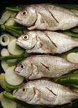 <p>Рыба с луком, картофелем и перцем перед её приготовлением в печи в Испании 17 марта 2007 года. Российские компании запрещают своим сотрудникам часто ходить в туалет, разговаривать между собой и писать синими чернилами. REUTERS/Marcelo del Pozo</p>