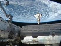 <p>Шаттл Endeavour подходит к Международной космической станции для стыковки 9 февраля 2010 года. Американский космический челнок Endeavour с шестью астронавтами на борту пристыковался к Международной космической стации во вторник вечером, доставив на орбиту последние крупные элементы для завершения интернационального проекта стоимостью $100 миллиардов. REUTERS/NASA TV</p>