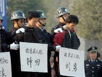<p>Приговоренные к смерти преступники ждут приведения приговора в исполнение в городе Чжучжоу 26 декабря 2006 года. Верховный суд Китая выпустил постановление, призывающее местных судей реже применять высшую меру наказания, сообщило государственное информационное агентство Синьхуа. REUTERS/China Daily</p>