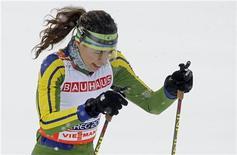 <p>Foto arquivo mostra a brasileira Jaqueline Mourão nas eliminatórias de esqui cross country feminino no Campeonato Mundial Nórdico em Liberec. A mineira participará da Olimpíada de Inverno de Vancouver, mas aperfeiçoou sua técnica de deslizamento nas dunas cearenses. REUTERS/Leonhard Foeger 18/02/2009</p>