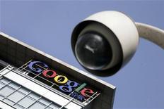 <p>Логотип Google на здании главного офиса компании в Пекине, 26 января 2010 года. Интернет-компания Google Inc планирует построить беспрецедентную по скорости передачи данных оптоволоконную интернет-сеть для примерно полумиллиона потребителей, сообщила компания в среду. REUTERS/Jason Lee</p>