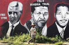 <p>Ребенок стоит на фоне стены, где нарисованы портреты Нельсона Манделы, активного борца против апартеида и бывшего президента ЮАР, 10 февраля 2010 года. Некоторые события мировой истории, произошедшие 11 февраля. REUTERS/Siphiwe Sibeko</p>