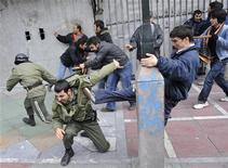 <p>Сторонники иранской оппозиции дерутся с полицейскими вл время демонстрации в Тегеране 27 декабря 2009 года. Иранская полиция открыла огонь и применила слезоточивый газ против сторонников лидера оппозиции Мирхоссейна Мусави, собравшихся в центре Тегерана, сообщает оппозиционной сайт Green Voice. REUTERS/STR New</p>