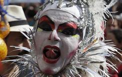 <p>Foto de archivo de un participante de un desfile en el barrio de Ipanema en Río de Janeiro, Brasil, ene 30 2010. El carnaval de Brasil es un motín de bebida, baile y fiesta, simbolizado en todo el mundo por reinas de samba casi desnudas que agitan su humanidad en marchas por el Sambódromo de Río de Janeiro. REUTERS/Bruno Domingos</p>
