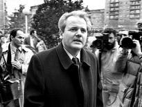 <p>Слободан Милошевич прибыл в Приштину, чтобы встретиться с бустующими рабочими шахт, 1988 год. 12 февраля 2002 года в Гааге начались слушания международного трибунала по делу Слободана Милошевича, обвиняемого в преступлениях против человечности и геноциде в Хорватии и Косово в ходе войны на Балканах 1992-95 годов. REUTERS/Petar Kujundzic</p>