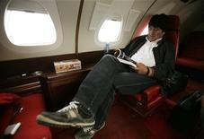 <p>Президент Боливии Эво Моралес читает книгу во время перелета в Сукре 25 октября 2009 года. Без чего немыслим перелет на самолете современного человека? Оказывается, люди скорей откажутся от iPod, ноутбука или портативного DVD-плеера, чем от старой доброй книги или журнала. REUTERS/David Mercado</p>