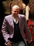 <p>O estilista britânico Alexander McQueen aparece ao final de seu desfile de outono/inverno de 2006-2007 em Paris. McQueen foi encontrado morto em sua casa em Londres na quinta-feira. REUTERS/Charles Platiau 03/03/2006</p>