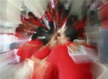 """<p>Пары целуются во время """"любовного марафона"""", устроенного местной радиостанцией в Вильяэрмоса, Мексика 14 февраля 2008 года. Слово """"Amour"""", что на французском значит """"любовь"""", стало самым романтичным словом в мире по итогам опроса, проведенного среди более чем 320 лингвистов лондонской компании Today Translations в преддверии Дня святого Валентина. REUTERS/Luis Lopez</p>"""