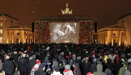 """<p>Un grupo de personas observa la versión restaurada de """"Metropolis"""" de Frtiz Lang en la puerta Brandemburgo en Berlín, feb 12 2010. Más de 2.000 seguidores del cine de culto enfrentaron el viernes la nieve para una presentación al aire libre de """"Metropolis"""", la escalofriante y monumental visión de Fritz Lang de una sociedad mecanizada, que se presentó frente a la puerta de Brandemburgo de Berlín. REUTERS/Fabrizio Bensch</p>"""