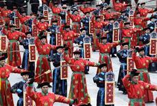 <p>Milhões de chineses visitaram familiares e enviaram mensagens de texto para seus amigos neste domingo, o primeiro dia do Ano do Tigre, em que a tradicional paixão por trocadilhos assumiu um viés político em algumas saudações de telefone. REUTERS/Jason Lee (CHINA - Tags: SOCIETY)</p>