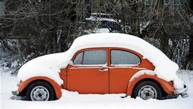 <p>Автомобиль Volkswagen Beetle под снегом в горах Шотландии, 8 января 2010 года. Некоторые значительные исторические события, произошедшие 15 февраля. REUTERS/Russell Cheyne</p>