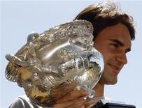 <p>Швейцарский теннисист Роджер Федерер с кубком Открытого чемпионата Австралии, 1 февраля 2010 года. Ассоциация теннисистов-профессионалов (ATP) опубликовала в понедельник новый рейтинг лучших игроков планеты Entry System. REUTERS/Mick Tsikas</p>