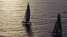 <p>Bmw Oracle e Alinghi durante la seconda regata che, ieri, ha regalato la vittoria al team americano. REUTERS/Daniel Ochoa de Olza/Pool</p>