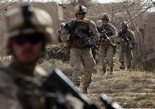 <p>Американские солдаты входят в город Марджах 15 февраля 2010 года. Морская пехота США делает успехи в ходе одного из крупнейших наступлений НАТО в Афганистане с начала войны с талибами в 2001 году, сообщил в понедельник Рейтер капитан морских пехотинцев Эбрахам Сайп. REUTERS/Goran Tomasevic</p>