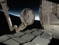 <p>Imagen de NASA TV muestra el brazo robótico de la EEI siendo operado por el piloto del transbordador Endeavour para mover la cúpula a su posición permanente en la Tierra orientado hacia el lado del nodo Tranquility. Feb 14 2010 Los astronautas a bordo de la Estación Espacial Internacional (EEI) agregaron el lunes un módulo que le permitirá a los residentes de la estación orbital tener una vista panorámica de la estación y la Tierra. REUTERS/NASA TV</p>