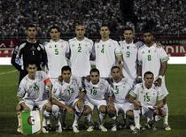 <p>Сборная Алжира по футболу перед началом отборочного матча чемпионата мира 2010 в городе Блида 11 октября 2009 года. Сборная Алжира по футболу проведет товарищеский матч с командой Ирландии перед чемпионатом мира 2010 года, который этим летом пройдет в ЮАР, сообщила Федерация футбола Алжира. REUTERS/Louafi Larbi</p>