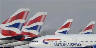 <p>Aerei della British Airways all'aeroporto di Heathrow. Foto d'archivio. REUTERS/Toby Melville</p>