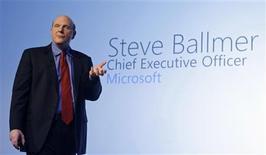 """<p>El presidente ejecutivo de Microsoft, Steve Ballmer, durante la presentación del """"Windows Phone 7"""", en el Congreso Mundial Móvil de Barcelona, España, feb 15 2010. El nuevo software para móviles que Microsoft presentó el lunes hablará por si mismo, por lo que la firma no necesita comprar un fabricante de teléfonos o cambiar de forma sustancial el costo de sus licencias, afirmó su presidente ejecutivo. REUTERS/Albert Gea</p>"""