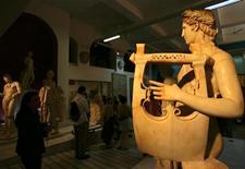 <p>Туристы рассматривают экспонаты в ливийском музее Al Sarayaua Al Hamra в Триполи 14 апреля 2006 года. Ливия прекратила выдачу въездных виз гражданам большинства европейских государств, продолжая нагнетать страсти, бушующие вокруг дипломатического конфликта со Швейцарией, сообщил на условиях анонимности представитель руководства главного международного аэропорта в Триполи. REUTERS/Ahmed Jadallah</p>