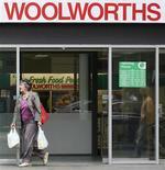 <p>Покупательница выходит из супермаркета Woolworths в Сиднее 21 октября 2008 года. Люди понемногу начинают становиться более уверенными в своем будущем, но в массе они по-прежнему обеспокоены последствиями мирового финансового кризиса, свидетельствуют результаты совместного международного исследования Reuters/Ipsos. REUTERS/Daniel Munoz</p>