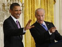 <p>Президент США Барак Обама (слева) и вице-президент страны Джо Байден на конференции в Вашингтоне, 21 января 2010 года. Программа помощи американской экономики объемом $787 миллиардов, на которой настоял президент США Барак Обама, предотвратила повторение Великой депрессии, а также сохранила или помогла создать два миллиона рабочих мест, говорится в докладе Белого дома, который будет опубликован в среду. REUTERS/Jason Reed</p>