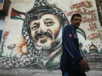 <p>Палестинец проходит мимо портрета первого президента Палестинской автономии Ясира Арафата в городе Газа, 11 ноября 2009 года. Некоторые значительные события в мировой истории, произошедшие 17 февраля. REUTERS/Suhaib Salem</p>