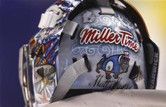"""<p>Американский голкипер Райан Миллер в шлеме со слоганом """"Miller Time""""(Время Миллера)на Олимпийских играх в Ванкувере, 15 февраля 2010 года. Международный олимпийский комитет попросил голкиперов сборной США по хоккею убрать слоганы со своих шлемов, так как они могут нести политические или рекламные призывы. REUTERS/Shaun Best</p>"""