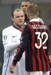 <p>Rooney cumprimenta Beckham em Milão. Wayne Rooney marcou dois gols de cabeça no segundo tempo e assegurou a vitória do Manchester United sobre o Milan, por 3 x 2, no primeiro jogo das oitavas de final da Liga dos Campeões, nesta terça-feira em Milão.16/02/2010.REUTERS/Paolo Bona</p>