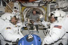 <p>Imagen de archivo de los astronautas del Endeavour, Nicholas Patrick y Robert Behnken, en la Estación Espacial Internacional (EEI). Feb 11 2010. Dos astronautas se aventuraron fuera de la Estación Espacial Internacional (EEI) el martes y dieron los toques finales a una plataforma de observación que permitirá a los residentes de la estación tener una visión panorámica de la Tierra desde el espacio. REUTERS/NASA Handout</p>