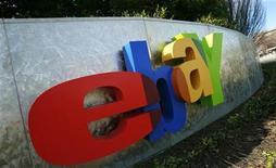 <p>Imagen de archivo del logo del sitio de subastas eBay, en la oficina de San José, California. Feb 2 2010. El sitio de subastas eBay lanzará una nueva plataforma de venta en cinco países europeos y Rusia en marzo, con el objetivo de aumentar las compras transfronterizas y permitir a los usuarios buscar productos en su propio idioma. REUTERS/Robert Galbraith/archivo</p>