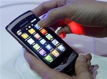 <p>O novo smartphone Wave, da Samsung é mostrado em Barcelona. O presidente-executivo do Vodafone Group, maior operadora mundial de telefonia móvel, expressou os temores de muitos profissionais do setor ao declarar que o domínio do Google sobre o espaço da telefonia móvel não deveria ser permitido.14/02/2010.REUTERS/Albert Gea</p>