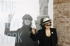"""<p>Йоко Оно на открытии выставки """"John Lennon: The New York City Years"""" в подразделении Зала славы рок-н-ролла в Нью-Йорке 11 мая 2009 года. Йоко Оно и Шон Леннон возродили группу Plastic Ono Band, проведя во вторник концерт, доставившего массу удовольствия поклонникам авангардного постбитловского рока и фанатам сольного творчества Джона Леннона. REUTERS/Lucas Jackson</p>"""