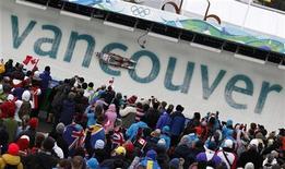 <p>Канадец Алекс Гух на санной трассе в Ванкувере 16 февраля 2010 года. Неудачливый фотограф вызвал паузу в соревнованиях по санному спорту на Олимпийских играх в Ванкувере, случайно задев ногой переключатель, отвечавший за заливку трассы. REUTERS/Michael Dalder</p>