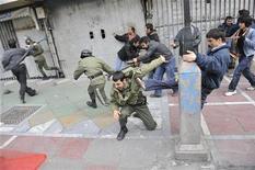 <p>Сторонники иранской оппозиции дерутся с полицией в центре Тегерана 27 декабря 2009 года. Спецслужбы Ирана задержали во время митингов оппозиции 11 февраля пятерых иностранцев, среди которых двое россиян, афганец, француз и японский журналист, сообщил в среду прокурор Тегерана. REUTERS/Stringer</p>