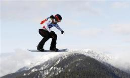 <p>Canada's Maelle Ricker races en route to the gold medal during the women's snowboard cross final at the Vancouver 2010 Winter Olympics, February 16, 2010. REUTERS/Mike Blake</p>