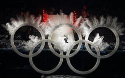 """<p>Сноубордист пролетает сквозь олимпийские кольца на церемонии открытия Зимних Олимпийских игр в Ванкувере, 12 февраля 2010 года. Организаторы Олимпийских игр в Канаде наталкиваются на все новые проблемы: на четвертый день соревнований в Ванкувере все чаще слышны реплики о том, что это """"худшая Олимпиада в истории"""". REUTERS/Mike Blake</p>"""