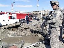 <p>Американские военные на месте взрыва бомбы в Багдаде 26 января 2010 года. Не менее шести человек погибли и еще 10 были ранены в результате взрыва бомбы, которую привел в действие боевик-смертник в провинции Анбар на западе Ирака, сообщило МВД страны. REUTERS/Saad Shalash</p>