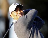 <p>Tiger Woods pratica sua tacada no campo de sua casa na Flórida. O golfista deve apresentar nesta sexta-feira um pedido público de desculpas pelo escândalo sexual de 2009 e falará de seu futuro esportivo. 18/02/2010 (Foto Arquivo Reuters)</p>