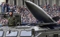 <p>Болгарский солдат принимает участие в военном параде в Софии 6 мая 2008 года. Болгария не проводила официальные переговоры с Соединенными Штатами о размещении на своей территории элементов противоракетного щита, заявил в пятницу МИД Болгарии в ответ на требования объяснения со стороны России. REUTERS/Asen Tonev</p>