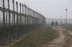 <p>Индийские пограничники патрулируют границу с Пакистаном в Сучетгархе 20 января 2010 года. Пакистан пожаловался ООН на Индию, которая получила доступ к ядерным материалам США и других стран в рамках сотрудничества с Западом в области мирной атомной энергетики, и способна, по мнению Пакистана, опередить его в гонке вооружений. REUTERS/Mukesh Gupta</p>