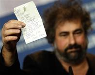 """<p>O diretor de """"Mammuth"""", Gustave Kervernand, segura carta de Roman Polanski, que se encontra em prisão domiciliar na Suíça, em que diz: """"Querido Gustave... Está nevando aqui... É entediante... Recebi seu DVD de Mammuth. Gostei. Seu filme é brilhante... Bom Urso Dourado. Roman Polanski"""". 19/02/2010 REUTERS/Christian Charisius</p>"""