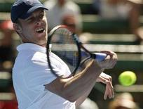 <p>O norte-americano Sam Querrey em jogo amistoso do torneio Kooyong Classic contra o britânico Andy Murray em Melbourne em janeiro. Querrey derrotou nesta sexta-feira o atual campeão Andy Roddick no Torneio de Memphis, avançando às quartas de final. 14/01/2010 REUTERS/Mick Tsikas</p>