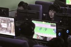 <p>Persone al computer in Cina REUTERS/Sheng Li</p>