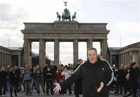 Actor Kevin James poses for photographers during a photocall in front of the Brandenburg Gate in Berlin, March 20, 2009. REUTERS/Fabrizio Bensch