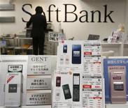 <p>Foto de archivo de una serie de teléfonos móviles de la operadora japonesa SoftBank en una tienda de Tokio, feb 2 2010. La telefonía móvil eludirá la crisis económica y superará las 5.000 millones de cuentas este año, dijo el martes una agencia de Naciones Unidas, pero la conexión a internet de alta velocidad sigue siendo una brecha digital entre países ricos y pobres. REUTERS/Yuriko Nakao</p>