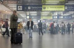 <p>Мужчина разговаривает по мобильному телефону в аэропорту Буэнос-Айреса 19 апреля 2008 года. Государственная комиссия по радиочастотам (ГКРЧ) в пятницу разрешила использовать частоты в диапазоне 1.710-1.785 и 1.805-1.880 мегагерц для сетей GSM на борту воздушных и морских судов, но массового использования этой услуги власти не ждут. REUTERS/Marcos Brindicci</p>